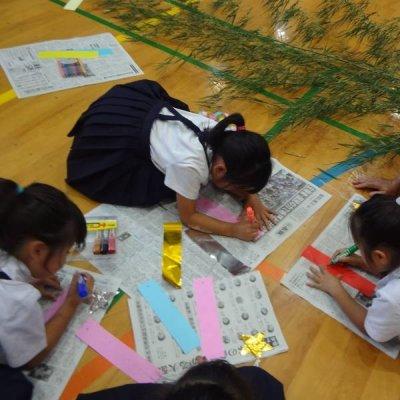 七夕飾り制作の様子の写真